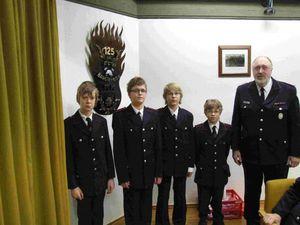 Der Wehrführer Wolgang Schramm verpflichte neue Mitglieder der Jugendfeuerwehr.