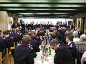 Alle Feuerwehrangehörigen die zum nächst höheren Dienstgrad befördert wurden sind zur Beförderung angetreten.