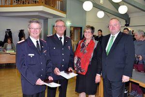 Ehrenwehrführer Manfred Simanowski, Manfred Bredow, Bürgervorsteherin Cornelia Hartmut und Bürgermeister Dr. Henning Görtz