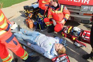 Eine verletzte Person nach Gefahrgutkontakt wird versorgt