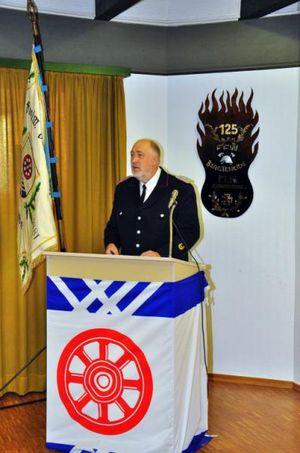 Wehrführer Wolfagng Schramm hält die Laudatio für die Brandschutzerziehung.