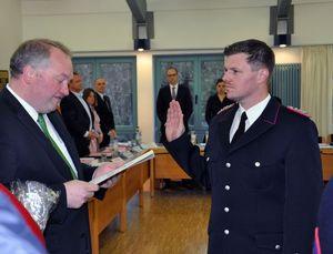 Kamerad Maik Kortmann wird vom Bürgermeister vereidigt.