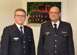 Der neu gewählte Jugendgruppenleiter Alexander Wesselly mit dem Wehrführer Hinnerk Bielenberg