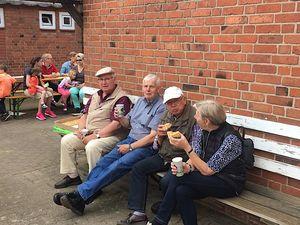 Auch unsere Reserve- und Ehrenabteilung war mit dabei und genoss bei herrlich sommerlichen Temperaturen als kleine Stärkung zwischendurch Kaffee und Kuchen.