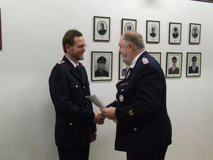 der Jugendfeuerwehrwart Manfred Könke wurde vom Wehrführer zum Hauptfeuerwehrmann befördert.