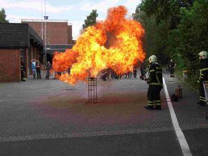 Die Zugabe eine Tasse voll Wasser in den brennenden Kochtopf läßt eine Flammenhölle entstehen.
