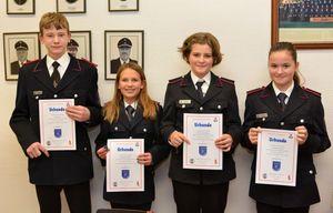 Die Jugendflamme 1 - stolz wird die Urkunde präsentiert! Herzlichen Glückwunsch Brian, Joy, Hanne und Lara!