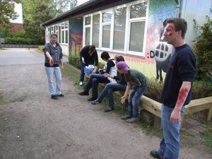 Vorbereitungen für die Übung, sogenannte Realdarsteller werden geschminkt. Sie sollen von den Jugendlichen gerettet werden.