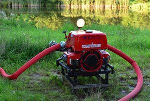Die Rosenbauer-TS (Tragkraftspritze) fördert das Wasser aus dem Teich