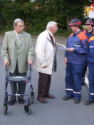 Die Übergabe der Spende von den Senioren an den Kassenwart der Jugendfeuerwehr.