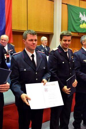 Der stellvertretenden Gemeindewehrführer Maik Kortmann mit seiner Urkunde zum HBM 3 ***