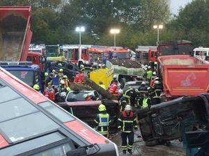 Es ist nicht möglich mit den Einsatzfahrzeugen bis zum Unfallfahrzeug vor zu fahren.
