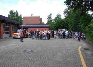 Die Radler der FF Bargteheide vor der Abfahrt an der Feuerwache.